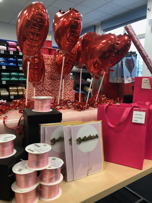 Tüten und Schachteln rot mit Herzen